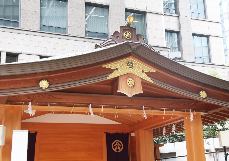神楽殿に二つの神紋