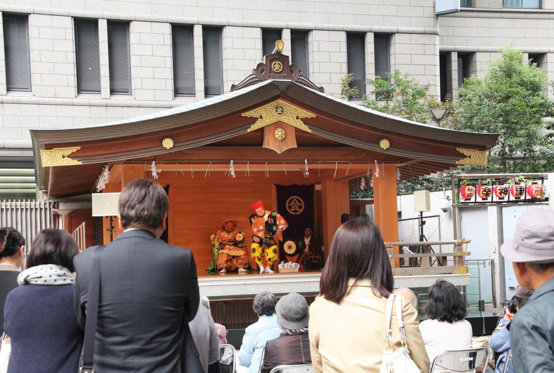 虎ノ門金刀比羅宮の神楽を観に集まる人々