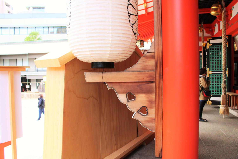 生田神社の拝殿の両端にも猪目のマークが