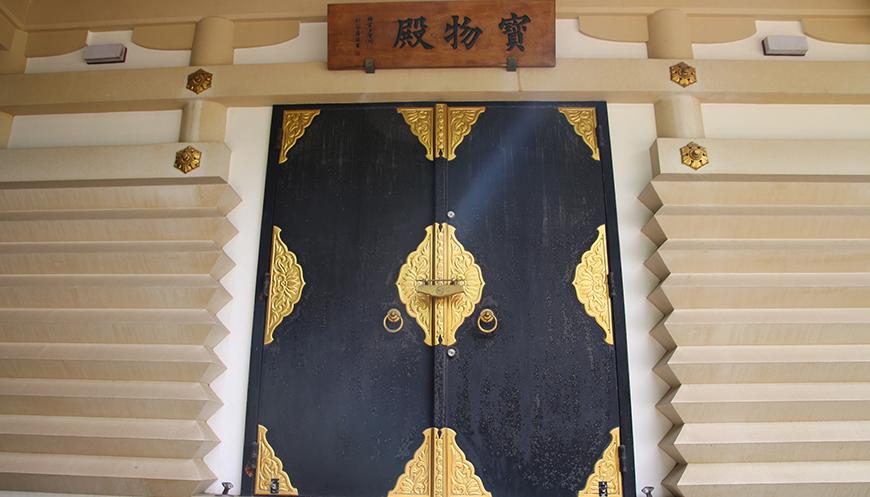 伊勢神宮の式年遷宮の後、特別にいただいた「櫛」「弓」などが保管されている
