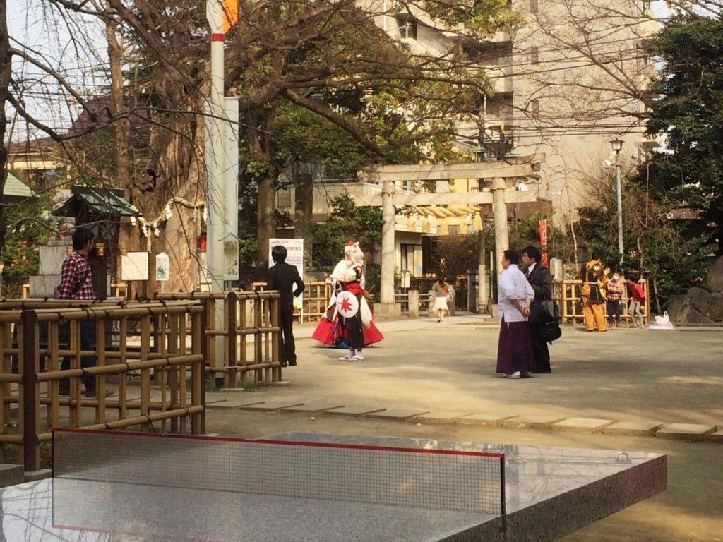 神社でコスプレ