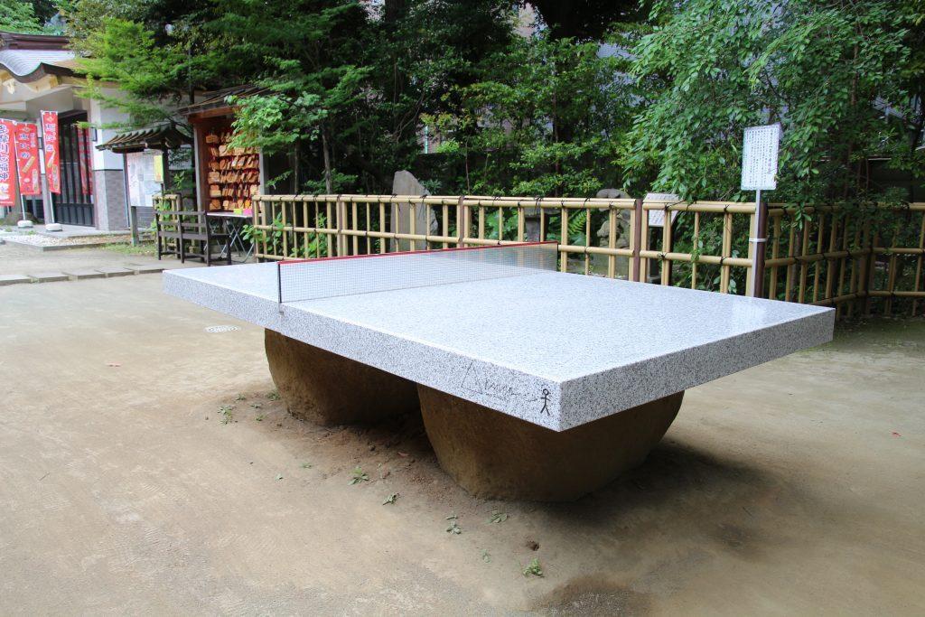 社殿横に設置された石の卓球台