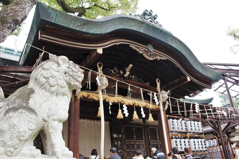 石切劔箭神社の御社殿と狛犬