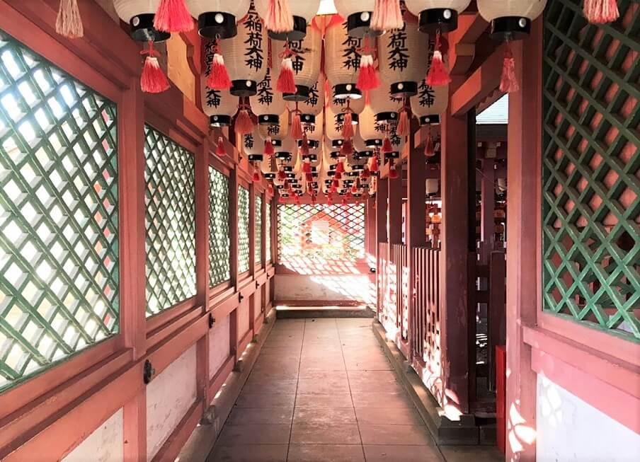 拝殿の左側の通路を進む