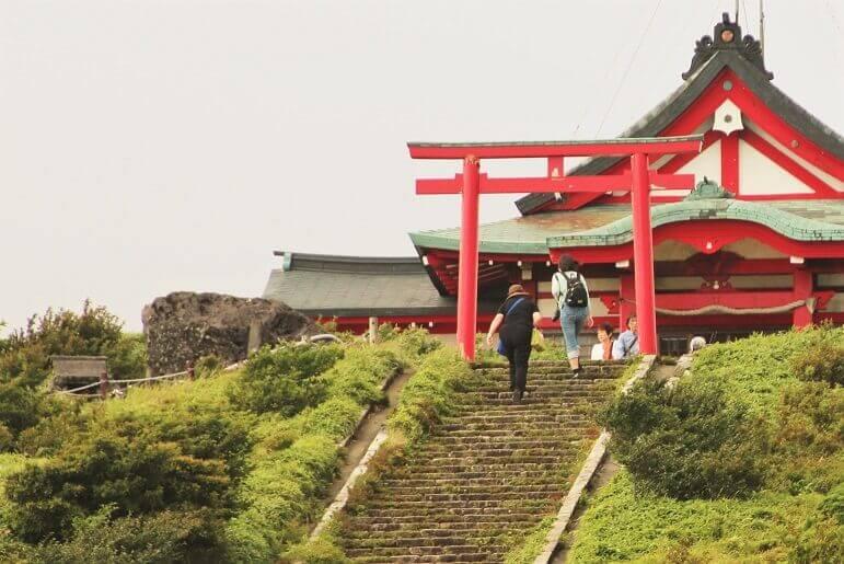 箱根神社 元宮の社殿前にある「馬降石」
