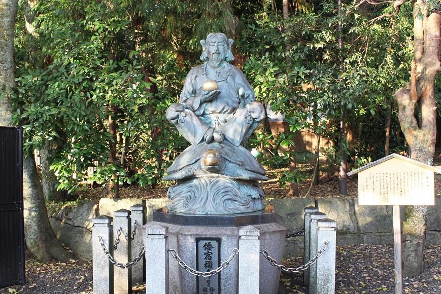 倭宿禰命(やまとすくねのみこと)が亀に乗っている銅像