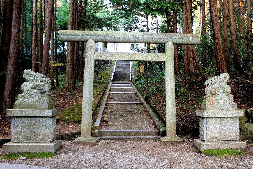 籠神社の奥宮「真名井神社」の鳥居、両脇には龍神さまがいる