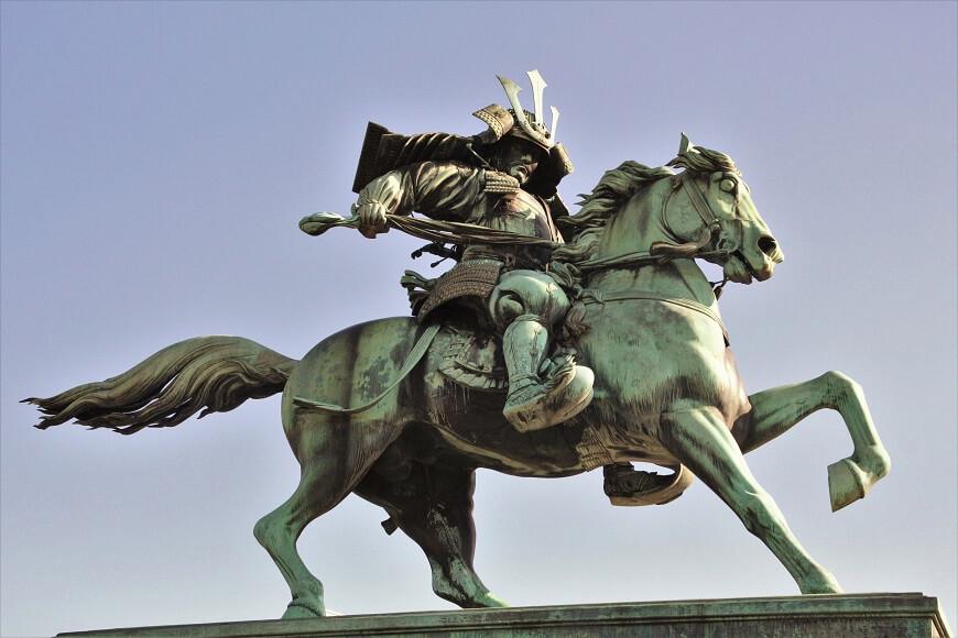 皇居外苑に建立された楠木正成公の銅像