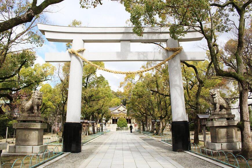 阪神淡路大震災後、再建された湊川神社の鳥居