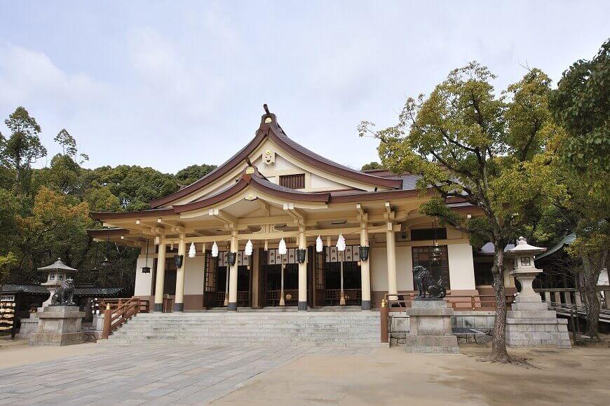 湊川神社の御社殿は珍しい鉄筋コンクリート造り