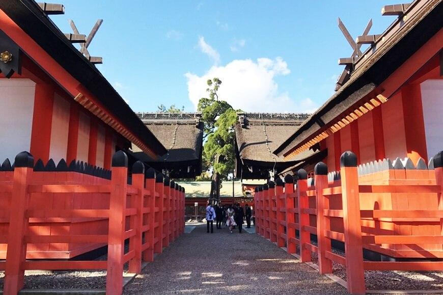本殿は日本式、拝殿は大陸文化の要素を取り込んでいる