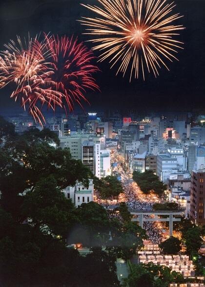 明治維新のきっけを作った島津斉彬をまつる照国神社の六月燈、約10万人の人々が集まる