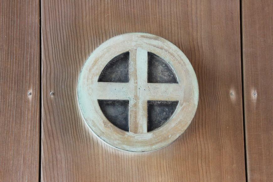 照國神社の社紋「丸十」