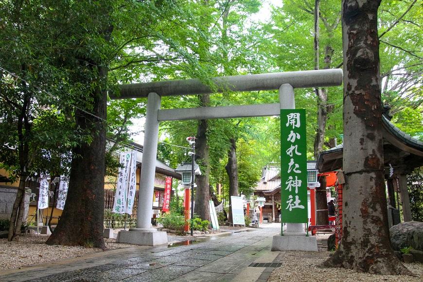 開かれた神社「田無神社」の鳥居