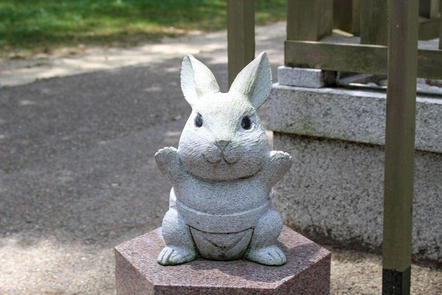 野見宿禰神社のそばには、ふんどし姿のウサギがいる