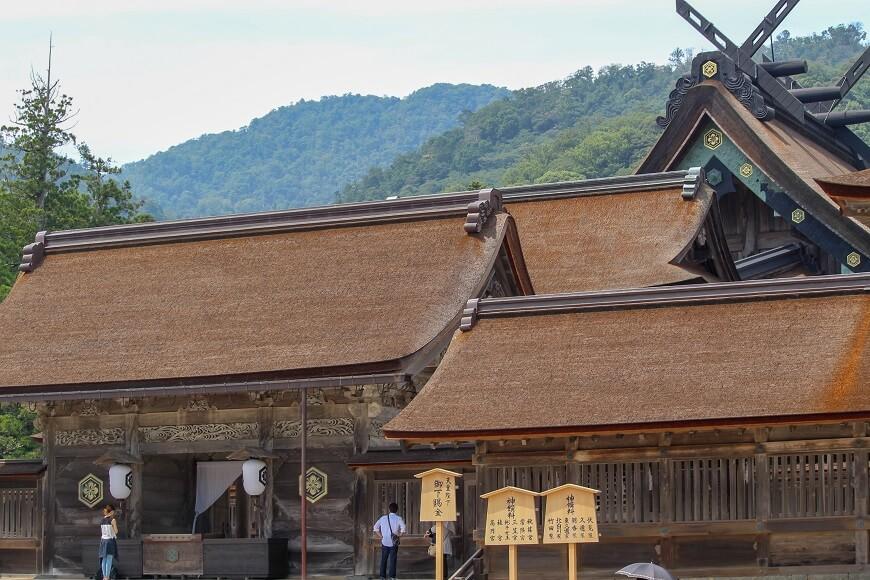 八足門、楼門、御本殿などは南を正面にして建つ