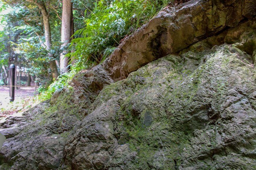 出雲大社の真裏にある八雲山の岩肌