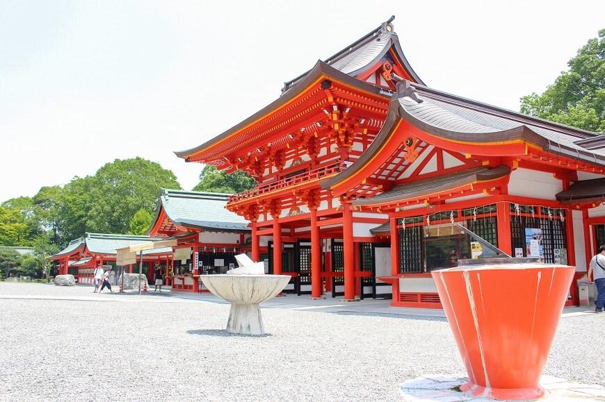 近江神宮の楼門と精密日時計