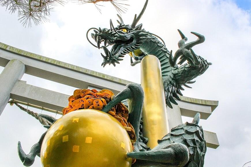 田村神社にある龍神様に小判を奉納しよう