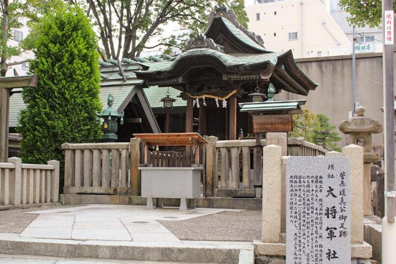 大阪天満宮の摂社「大将軍社」の社殿と鳥居