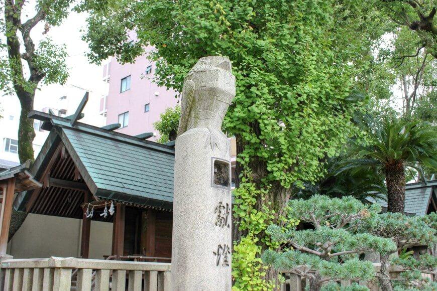 大阪天満宮にある鷽鳥の石像