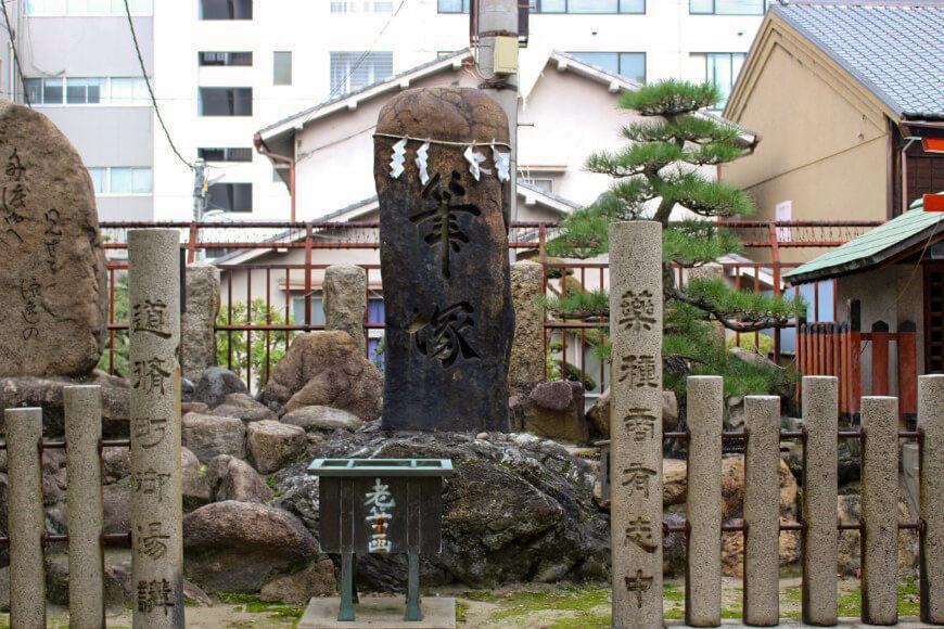 大阪天満宮の「筆塚」菅原道真公は筆の名人でもあった