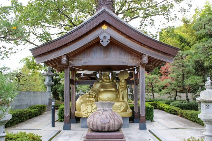 田村神社の境内にある「迎え布袋尊」