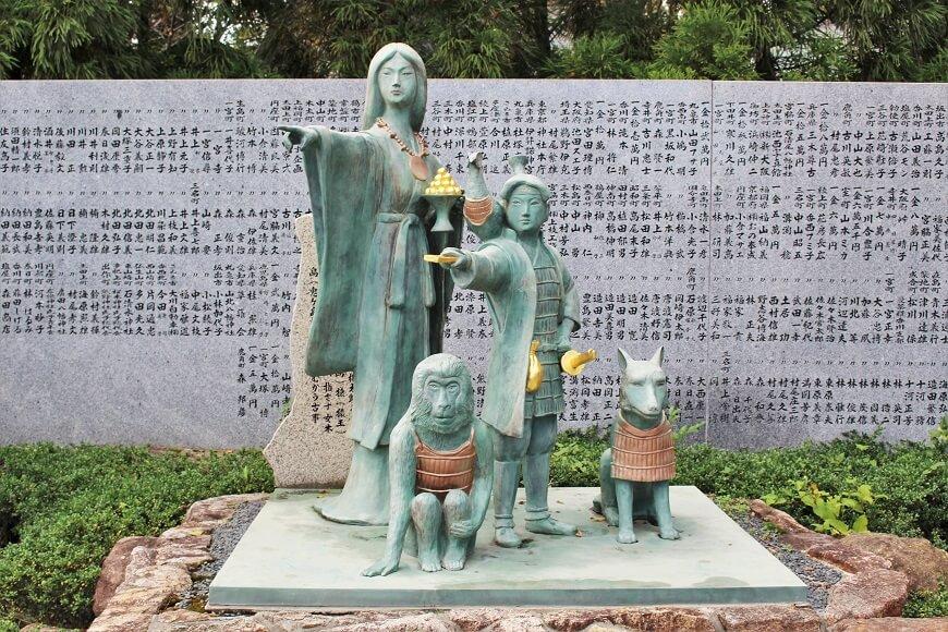 田村神社にある桃太郎伝承の銅像、卑弥呼と桃太郎のツーショット