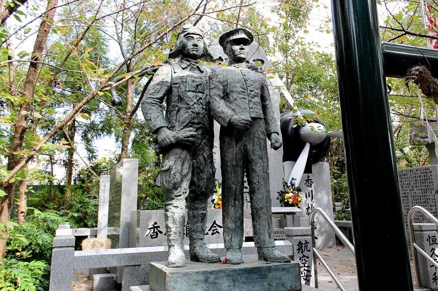 田村神社にある若き海軍少年二人の「若鷲の群像」