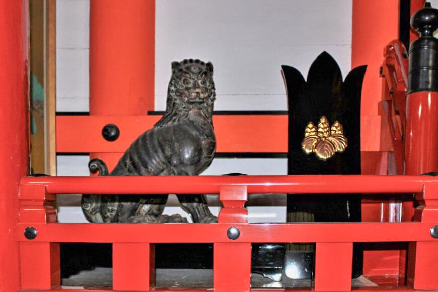 吉備津神社の社殿の中にいる狛犬