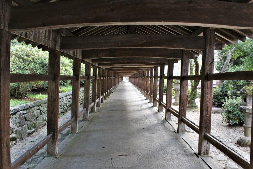 吉備津神社の廻廊の柱は微妙に傾いている