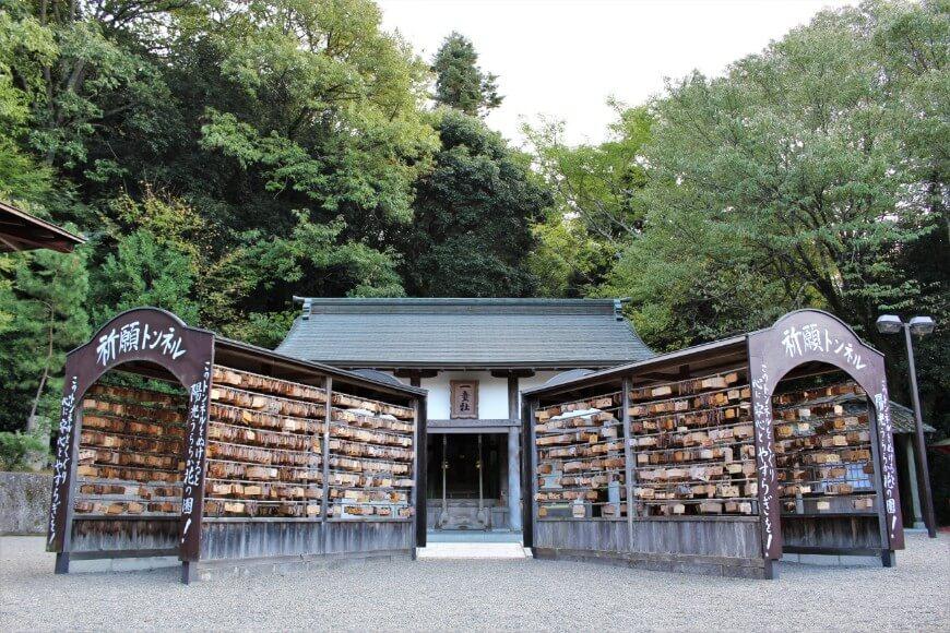 吉備津神社境内にある一童社は進学・芸能の神様