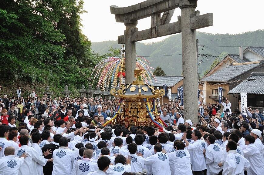岡太神社、大瀧神社の春の祭礼のお神輿巡幸の様子