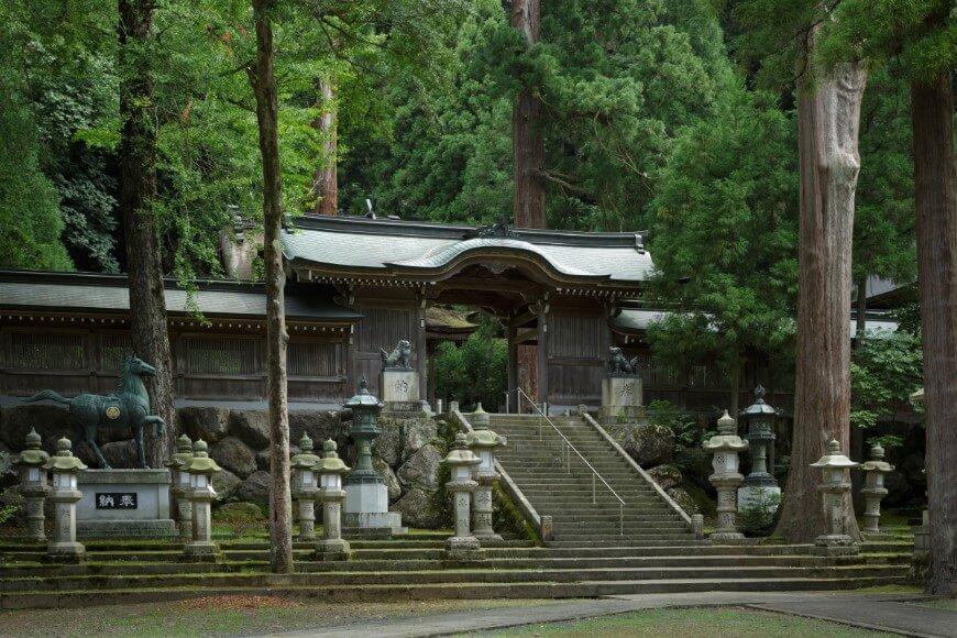 岡太神社・大瀧神社の神門と燈籠