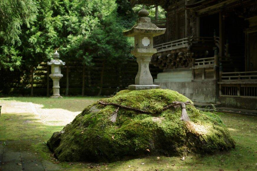 岡太神社、大瀧神社の社殿横の苔むした岩には蛇が現れることがあるそう