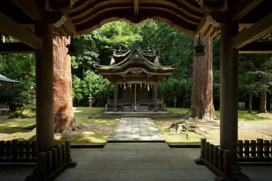 岡太神社、大瀧神社の神門から望む拝殿