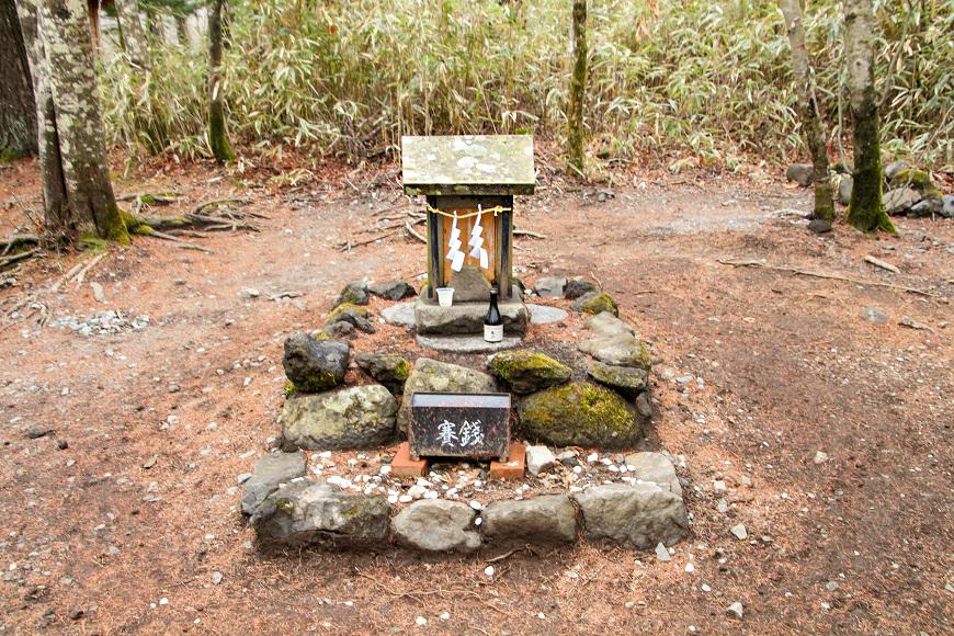 新屋山神社奥宮の祠