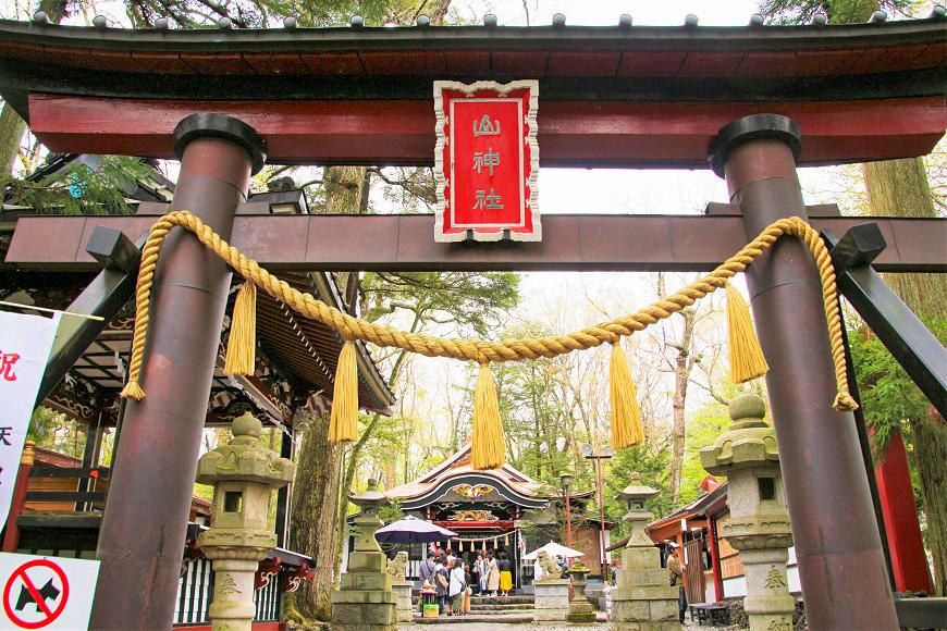 新屋山神社の鳥居と拝殿