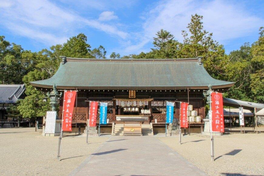 伊弉諾神宮の御拝殿は舞殿を兼ねた入母屋造り