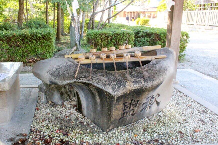伊弉諾神宮の巨石の手水鉢