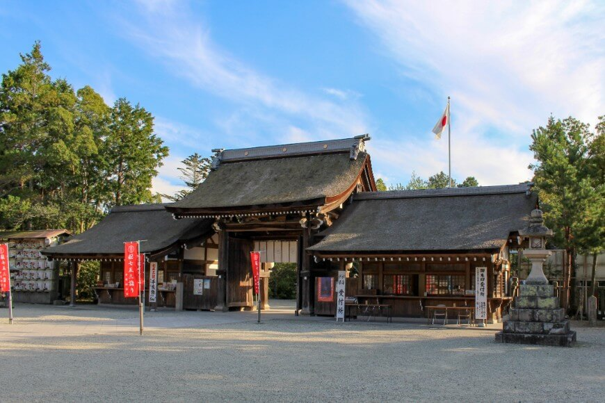 伊弉諾神宮の正門と国旗