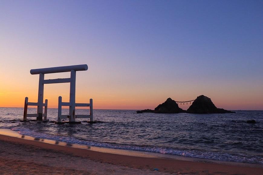 福岡県糸島市の二見ヶ浦にある夫婦岩