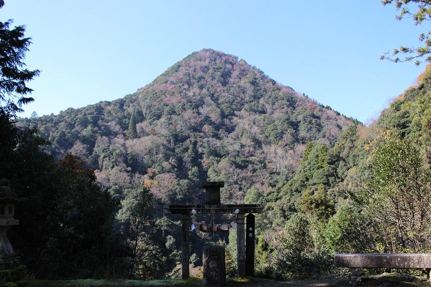 元伊勢内宮皇大神社の御神体と言われる日室岳