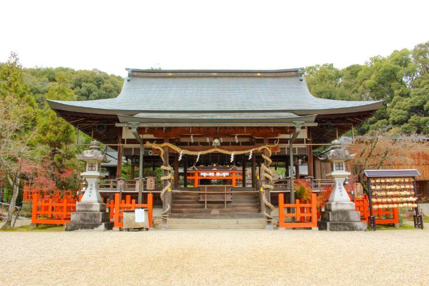 龍田大社の拝殿柱には陰陽で巻かれた注連縄がある