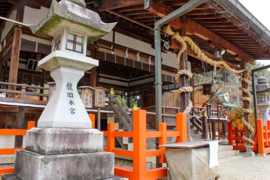 龍田大社の社殿と燈籠の写真