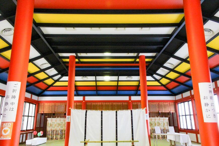 龍田大社の祈祷参集殿は五行の色で作られている