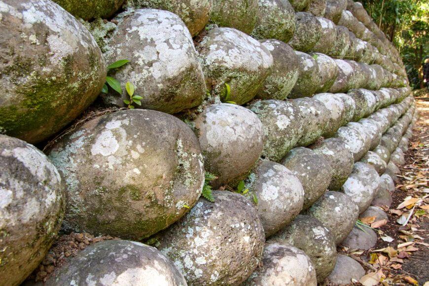 八丈島大里地区の玉石垣
