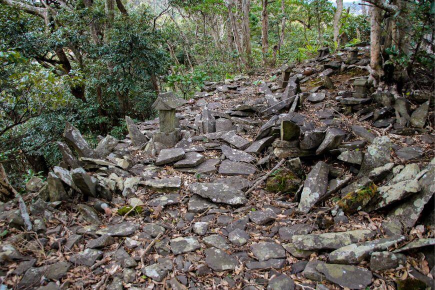 八丈島の石が集まった祭祀場