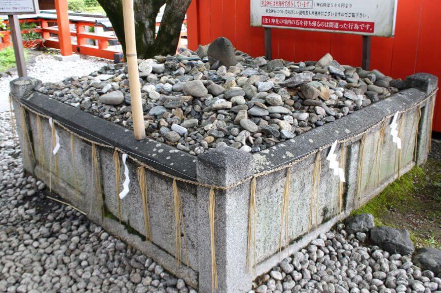 拝殿の前には願いが叶った人から奉納された石がある