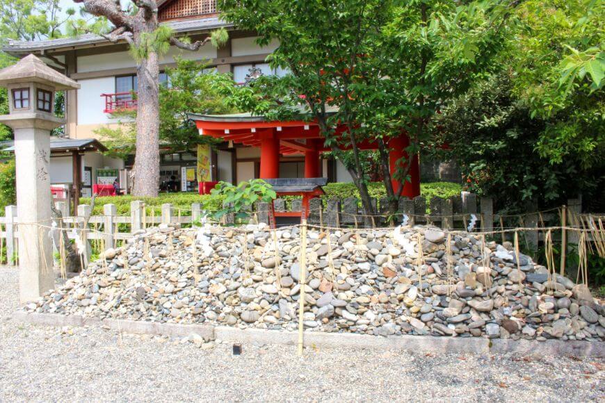 今でも車折神社の境内には沢山の石が奉納されている
